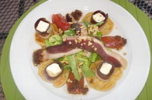 ginger-salata-cu-piept-de-rata-afumat-blinii-de-cartofi-branzeturi-si-rosie-preparata-cu-nuca-si-dressing-de-ceapa-1
