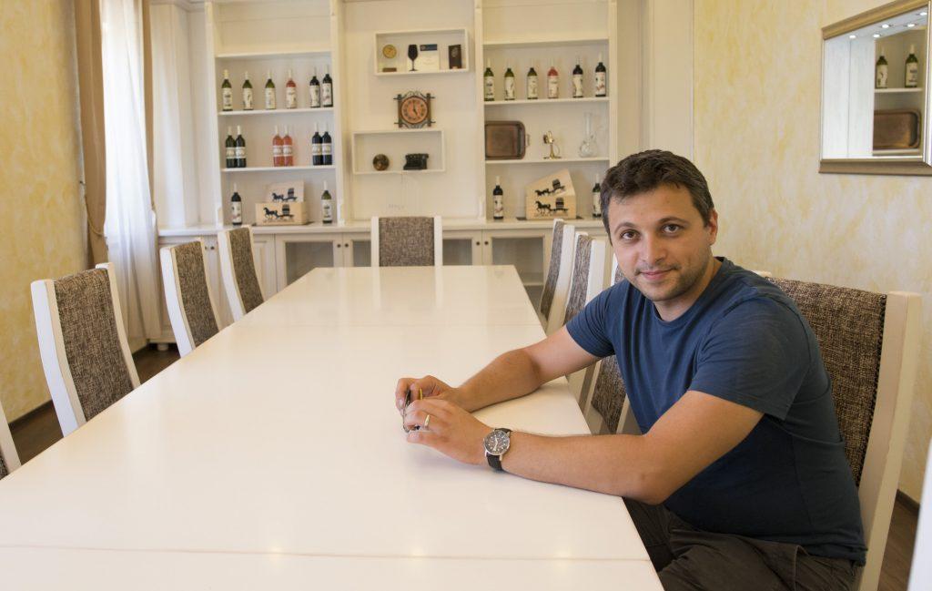 Gabi Lacureanu in sala de degustari a Licorna Winehouse