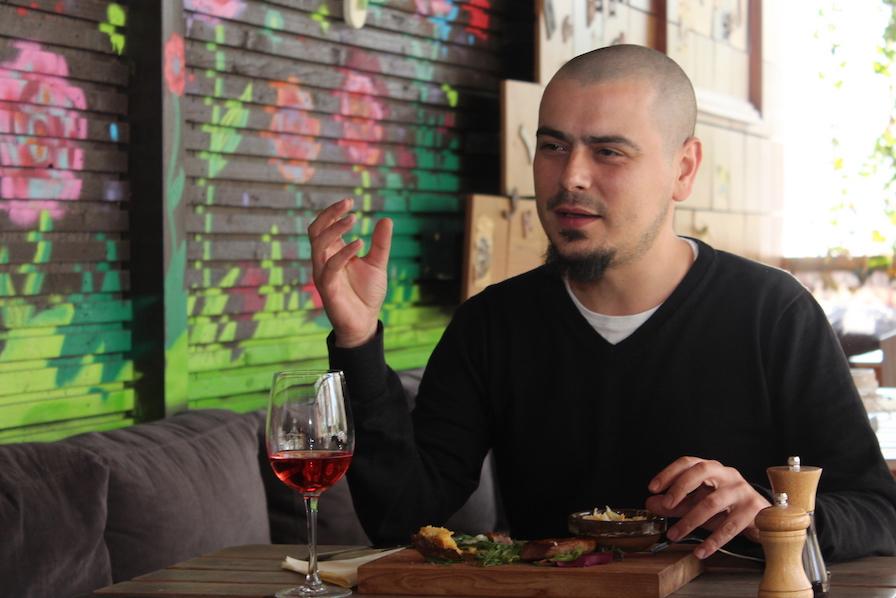 Cosmin Dragomir este fondatorul primei reviste românești online dedicată istoriei și viitorului gastronomiei românești, GastroArt.ro