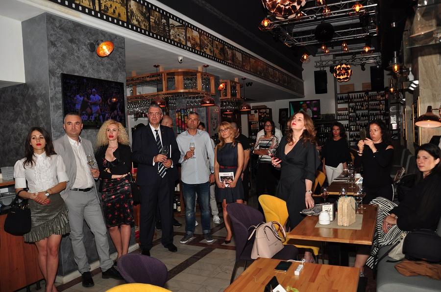 Romanian Gastronomy in the XXI Century / Gastronomie românească de secolul XXI este un album foto cu mâncăruri inspirate de tradiție din restaurantele de pe tot cuprinsul țării