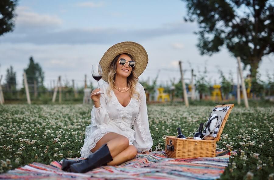 Lumina superbă a unei după-amieze de final de primăvară în Dealu Mare, coșul de picnic și peisajul superb de la Conacul Apogeum au constituit o atracție irezistibilă pentru vedetele de pe Instagram. În imagine, influencerița Carmen Negoiță surprinsă de fotograful oficial al evenimentului, Geo Curnic