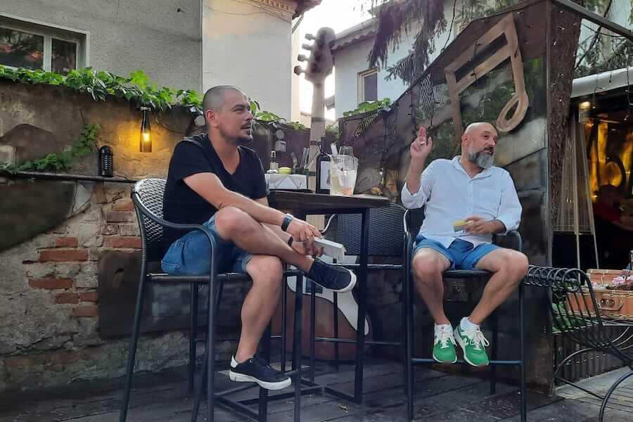 """Prezent ca o surpriză la relansarea Connaisseur fără ifose, editorul și autorul Cosmin Dragomir (stânga) a delectat asistența cu anecdote din cuprinsul propriului său volum - o selecție de texte gastronomice și culturale intitulată """"Curatorul de zacuscă"""""""