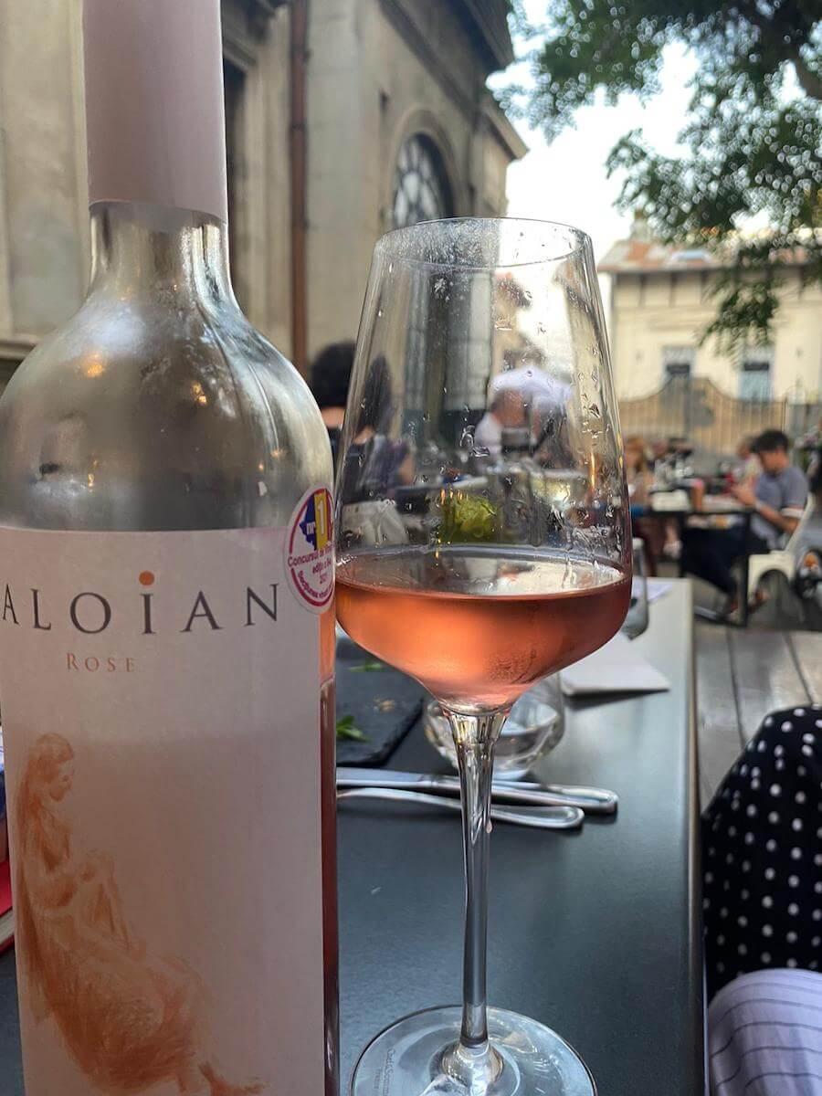 Probabil și din motivul că a fost declarat cel mai bun rose sec din România de jurații Concursului național de vinuri rose desfășurat în 14 mai, Caloian a fost vinul care s-a băut cel mai repede la relansarea cărții Connaisseur fără ifose