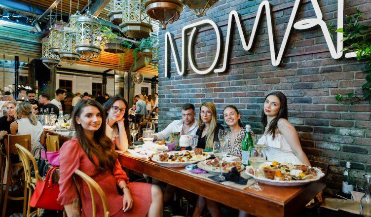 Public de toate vârstele la lansarea vinurilor Avenue organizata de VINARTE România