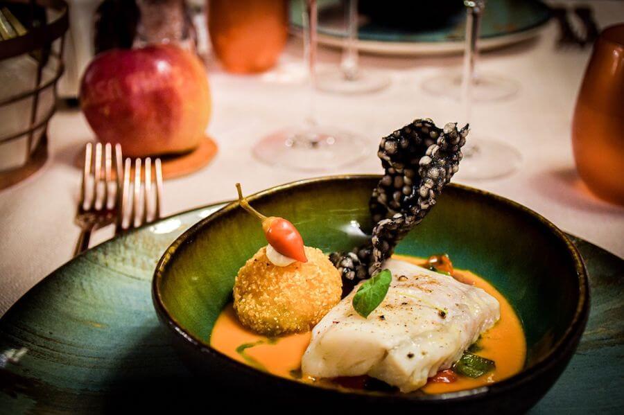 """Una dintre revelațiile meniului de gală semnat de Chef Nico Lontras pentru Ziua națională a gastronomiei și vinurilor la Casa Timiș, în Dealu Mare - saramura de calcan cu """"perlă de mămăligă"""" și ulei de mărar"""